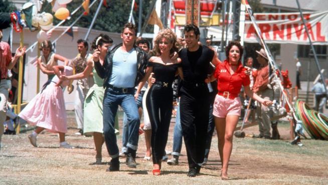 Olivia Newton-John e John Travolta, al centro, protagonisti di Grease