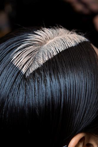 Decolorare i capelli neri