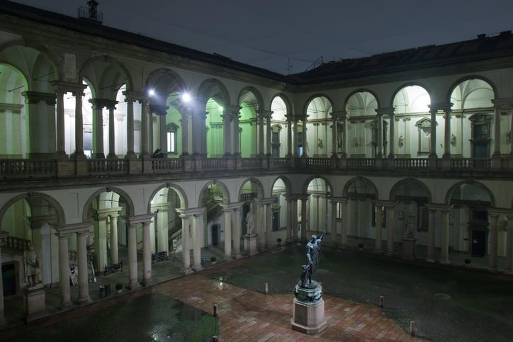 Il cortile interno della Pinacoteca di Brera di notte.