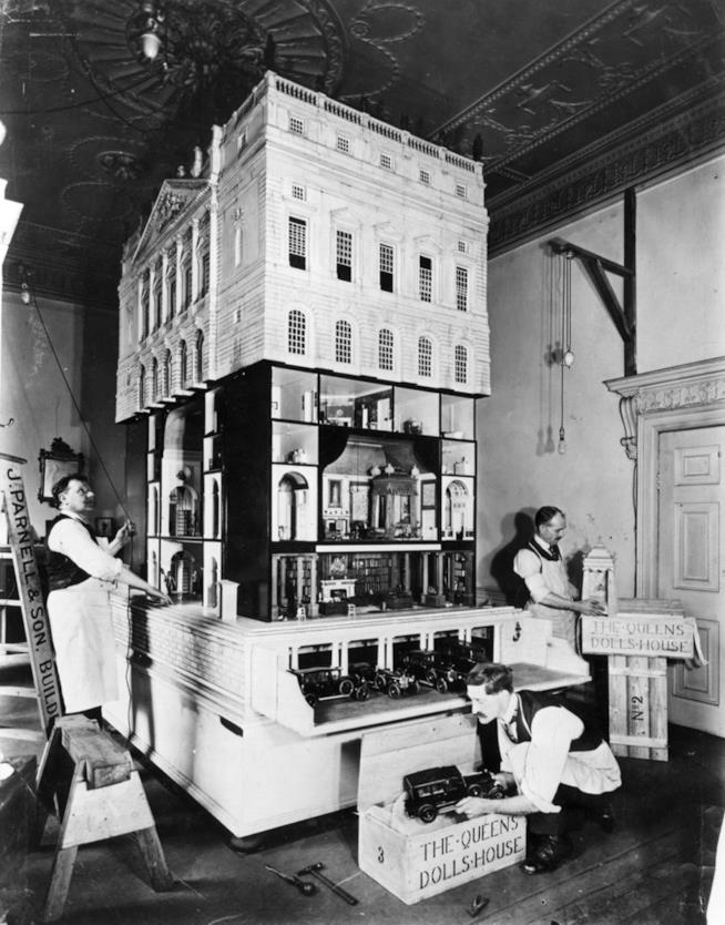 Un'immagine d'epoca della Casa delle bambole della Regina Mary
