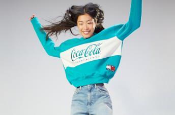 Un modello della collezione Tommy Hilfiger x Coca Cola