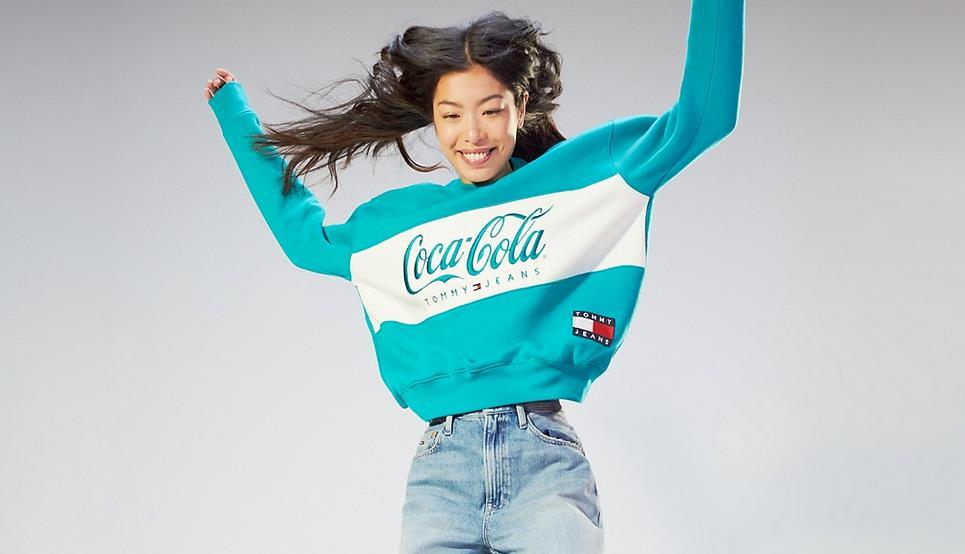 0db3355dd Un modello della collezione Tommy Hilfiger x Coca Cola