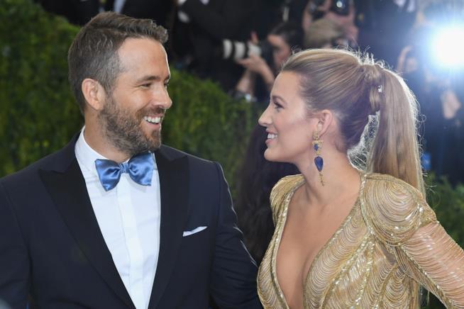 Ryan Reynolds sorride a Blake Lively