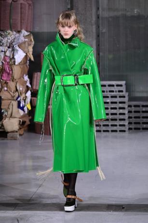 Il cappotto oversize effetto vinile di Marni
