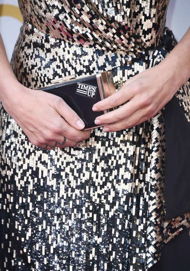 La clutch con la scritta Time's Up agli Oscar