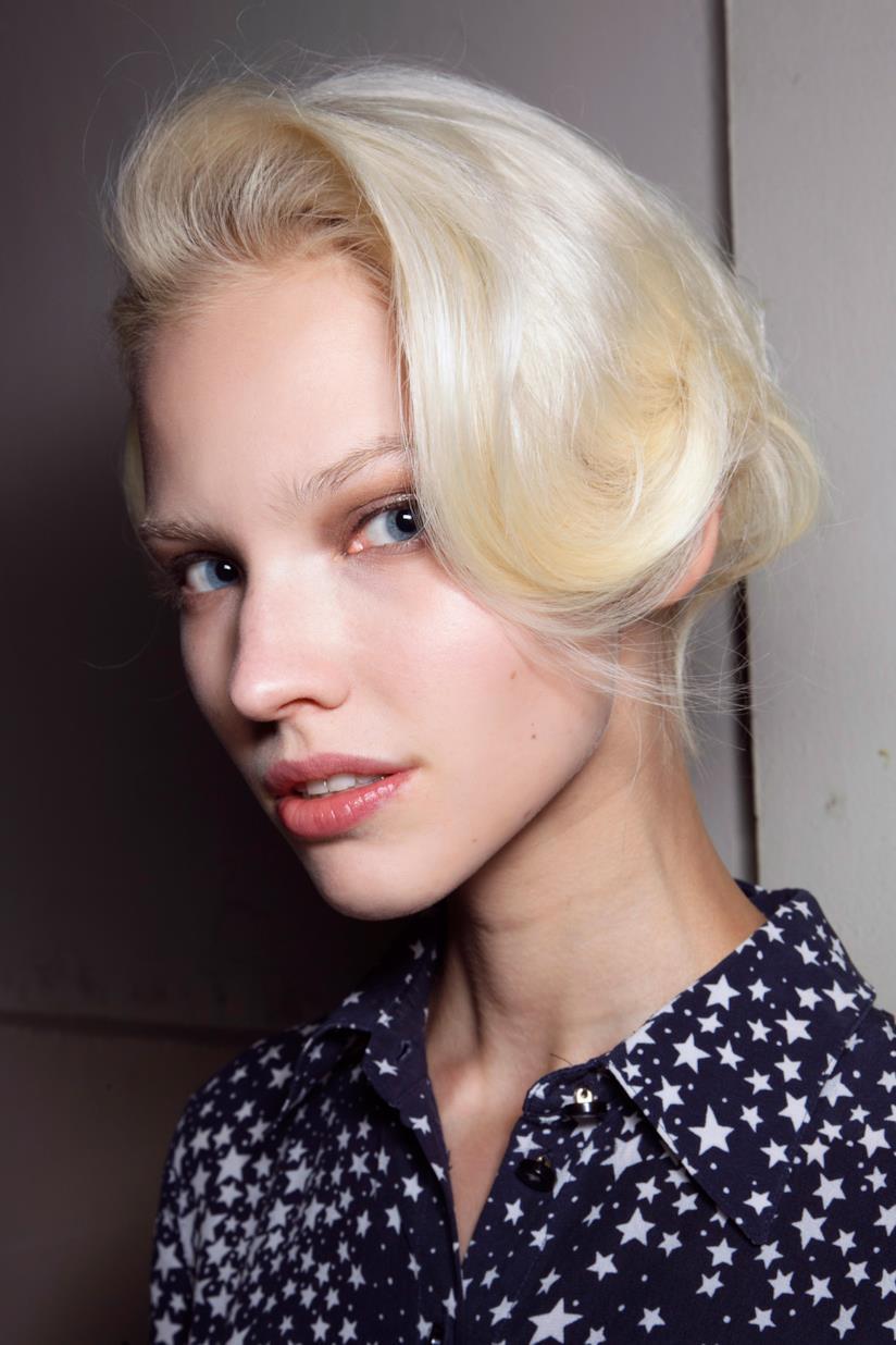 Colore Icy White per i capelli con morbide onde