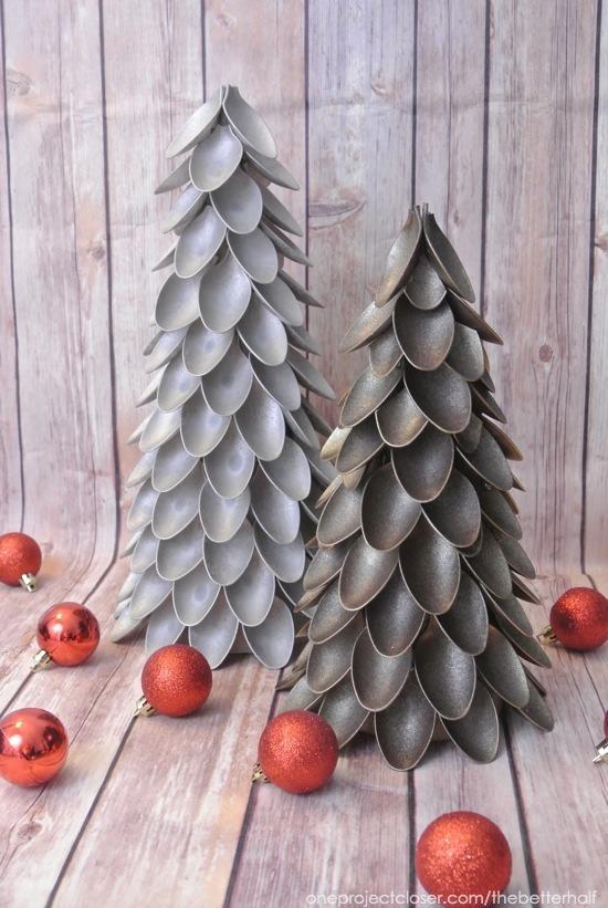 Albero di Natale creato con cucchiai di plastica