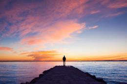 Uomo di fronte al mare