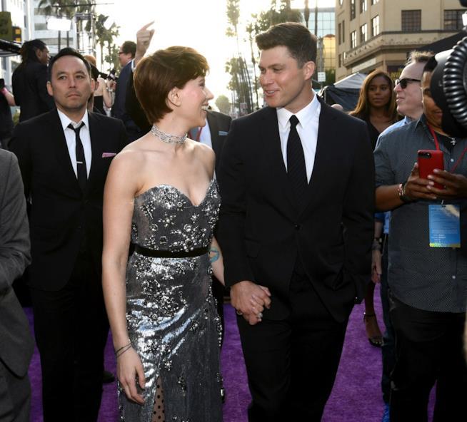 Uno sguardo d'intesa tra Scarlett Johansson e Colin Jost