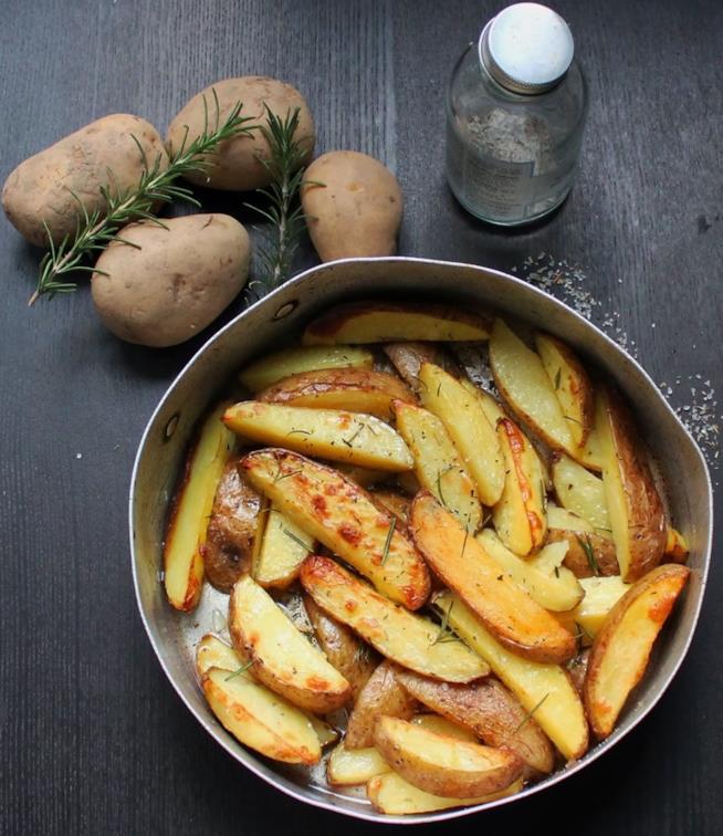 Teglia con spicchi di patate