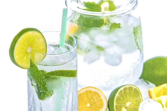 Caraffa con bicchiere di acqua e limone