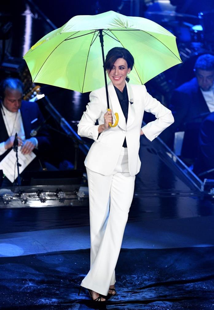 Il look total white di Virginia Raffaele alla finale di Sanremo