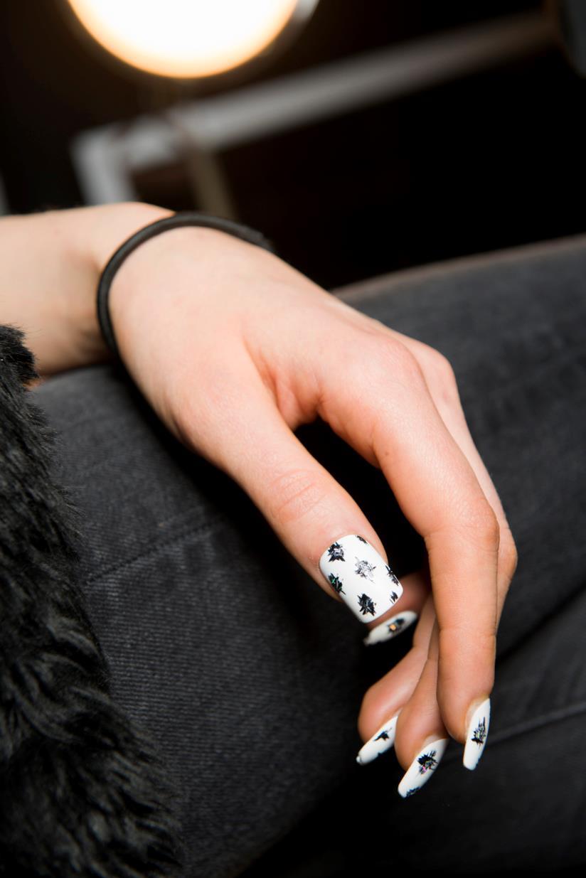 Tocchi di colore bianco e nero per la nail art in gel