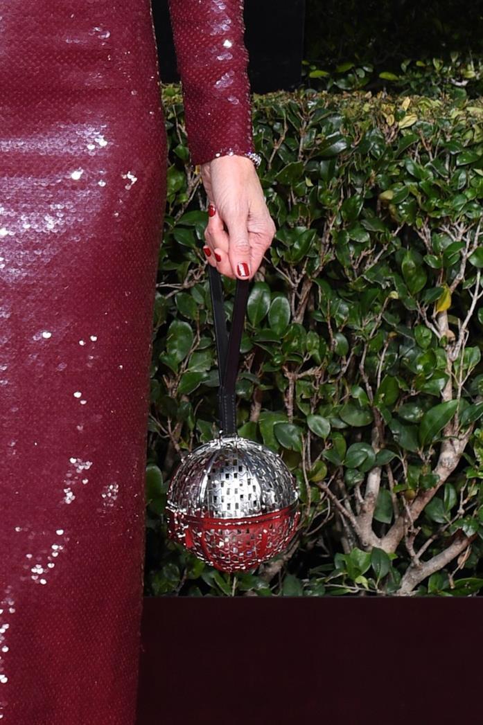 Una borsa a forma di pallina d'argento
