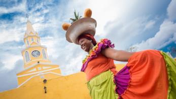 Donna a Cartagena, una delle città più colorate al mondo