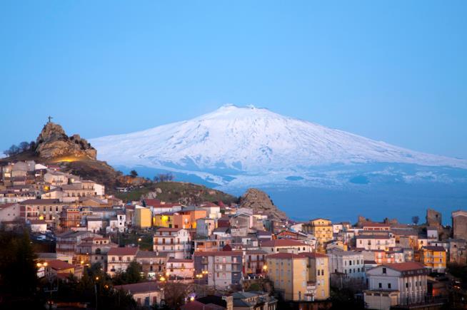 Vista dell'Etna innevato, dove si può sciare e praticare fuoripista