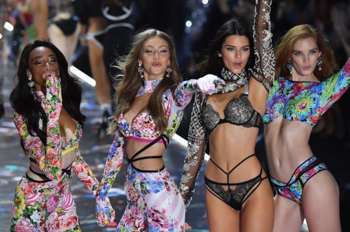 Gigi Hadid con le altre sulla passerella di Victoria's Secret