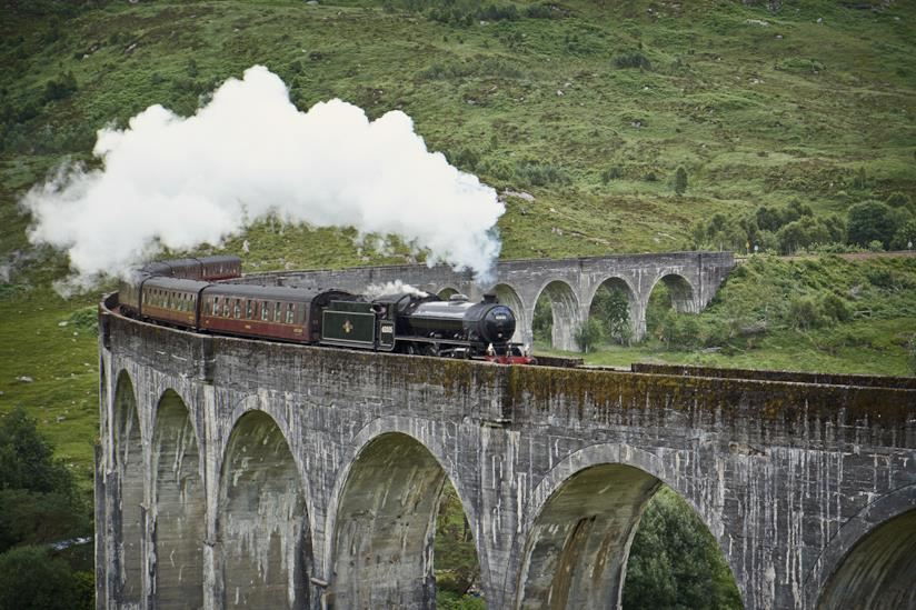 Locomotiva percorre un ponte