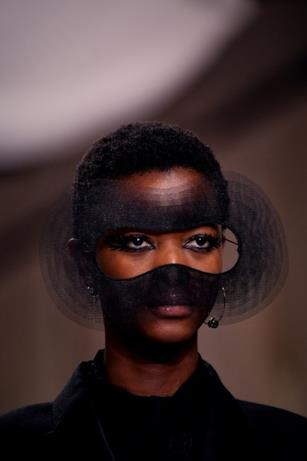 Maschera nera di tulle nella sfilata Haute Couture