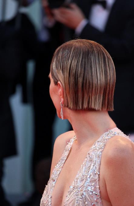 Il caschetto rigoroso sfoggiato da Kristen Wiig sul red carpet di Venezia 74.