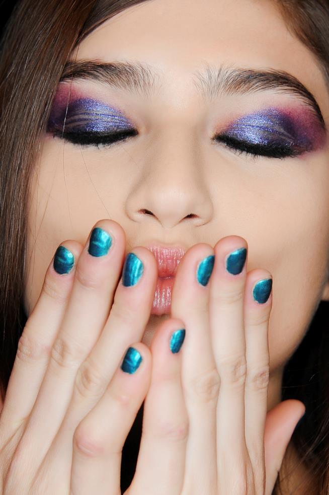 Nail art in gel blu elettrico