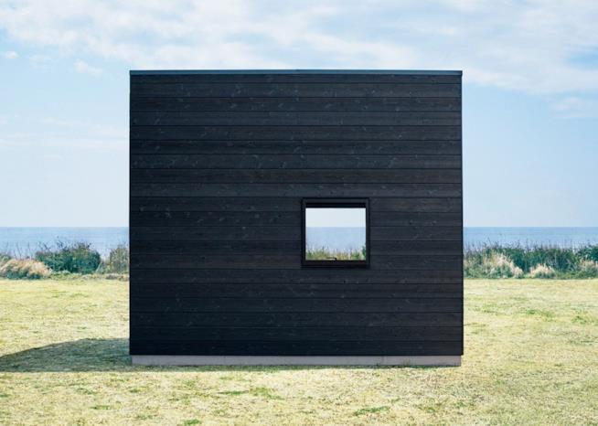 L'esterno della capanna prefabbricata progettata e prodotta dall'azienda giapponese Muji