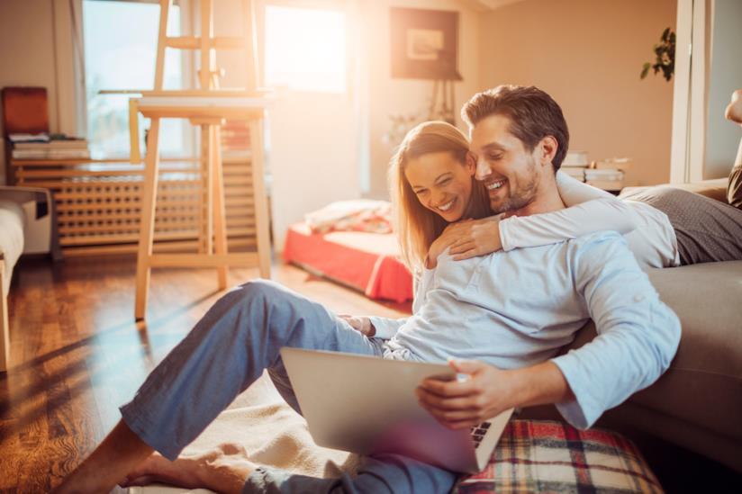 Un uomo e una donna usano insieme un computer portatile