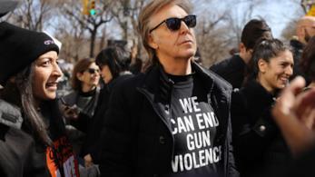Paul McCartney durante la marcia contro le armi