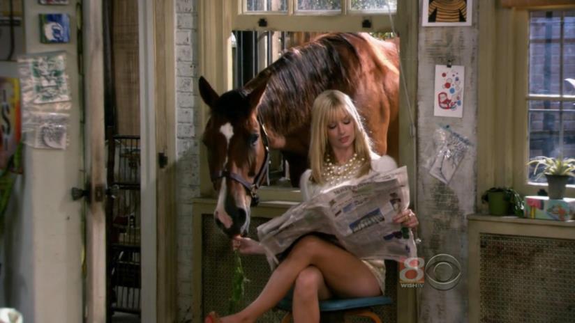 Caroline e il suo cavallo Chestnut in una scena di 2 Broke Girls