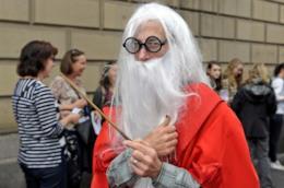 Un uomo con un costume a tema Harry Potter
