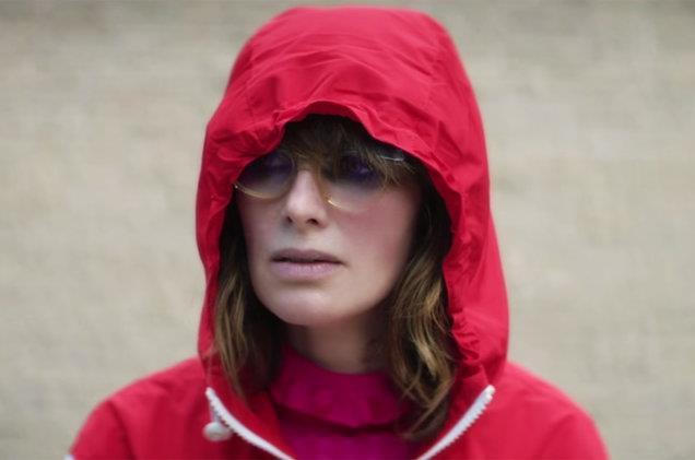 Lena Headey con il cappuccio rosso in testa