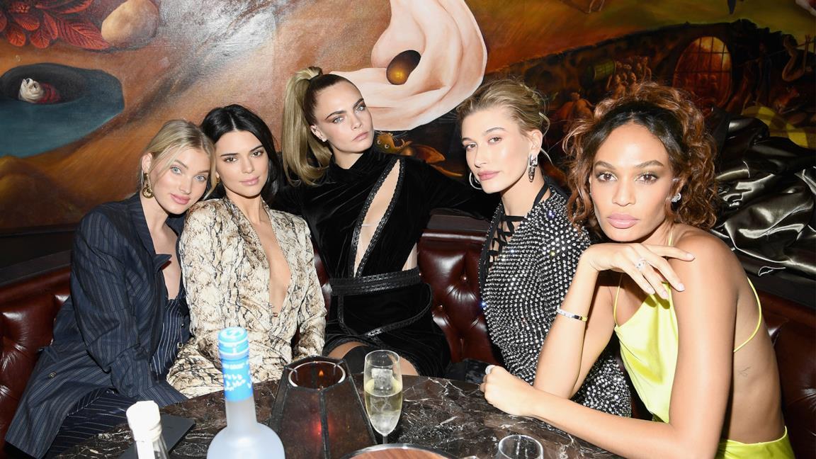 Elsa Hosk, Kendall Jenner, Cara Delevingne, Hailey Bieber, and Joan Smalls modelle famose su Instagr
