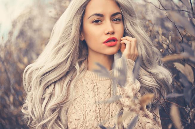 Ragazza con capelli color Silver Grey