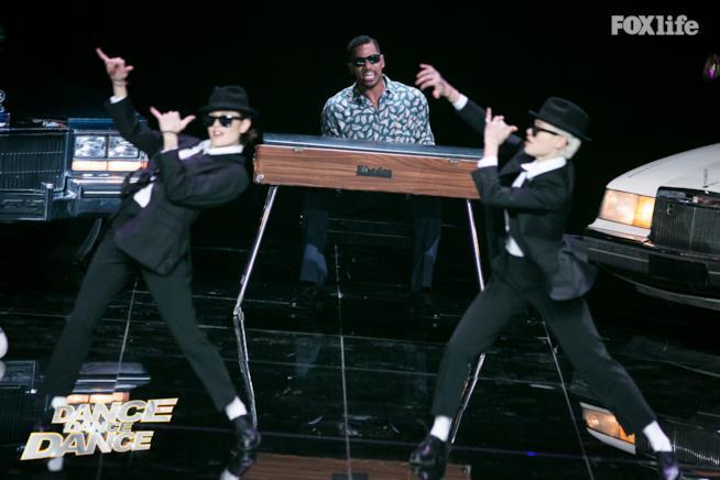Le Donatella si esibiscono sui Blues Brothers a Dance Dance Dance