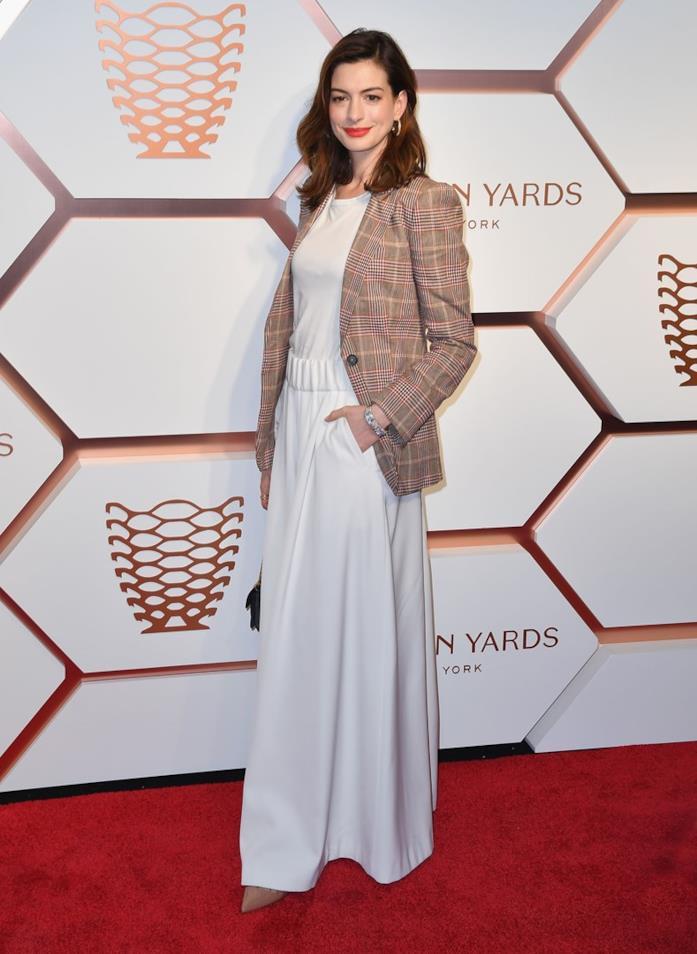 Anne Hathaway in Tommy Hilfiger a un'inaugurazione