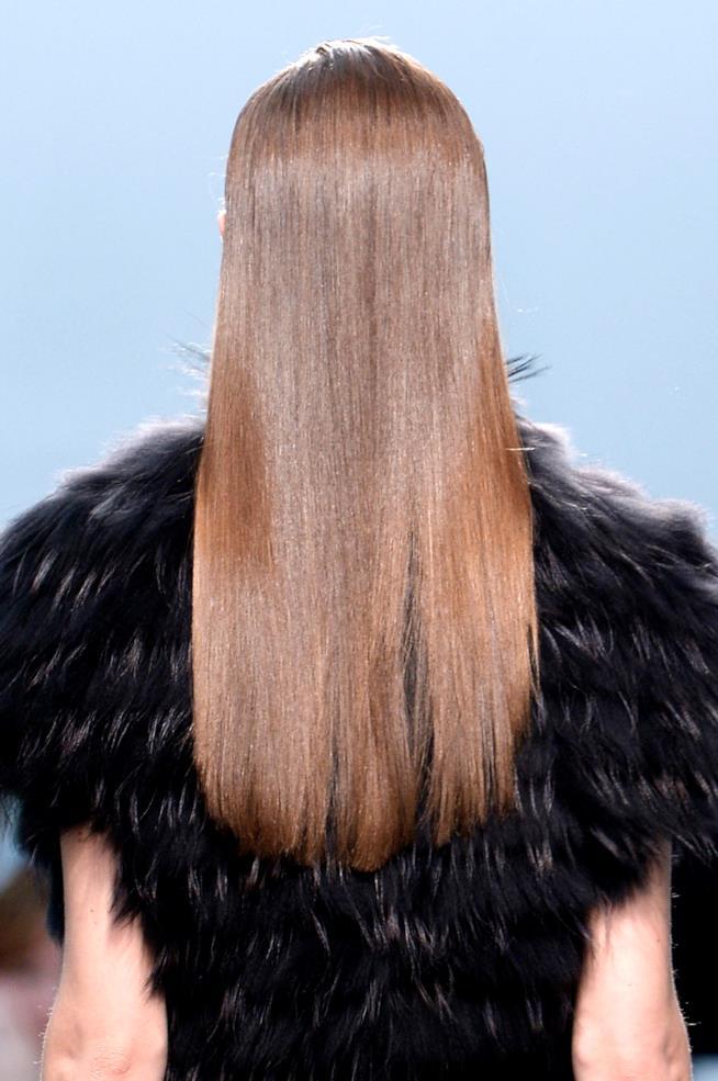 Modella con capelli lunghi pari