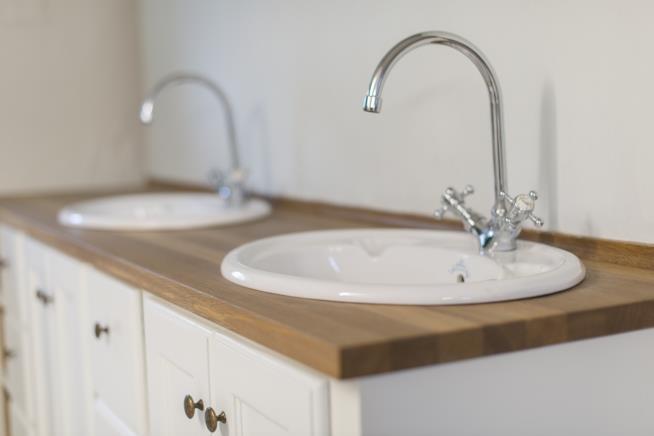Bagno Lungo E Stretto : Trucchi infallibili per arredare con stile un bagno lungo e stretto