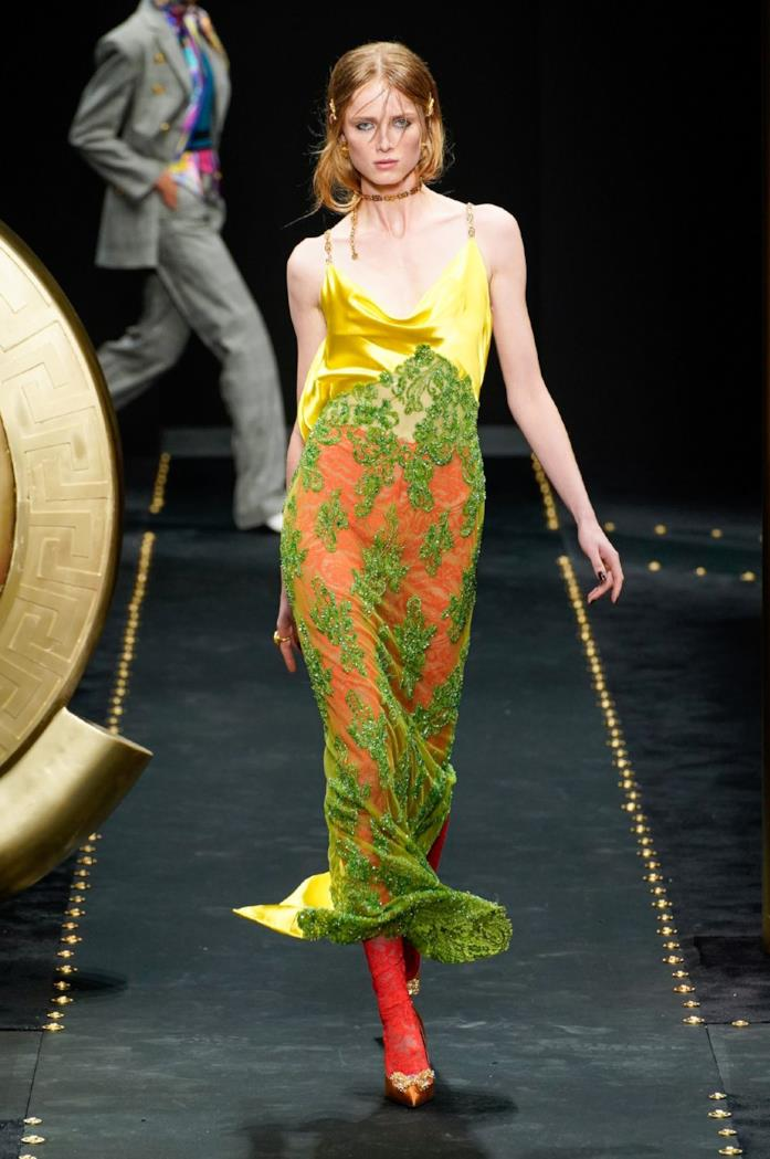Un look Versace d'ispirazione vintage
