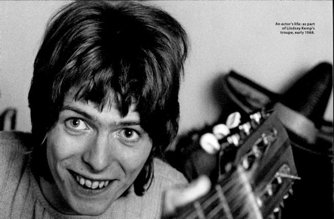 David Bowie posa per Lindsay Kemp nel 1968, con la sua chitarra in mano