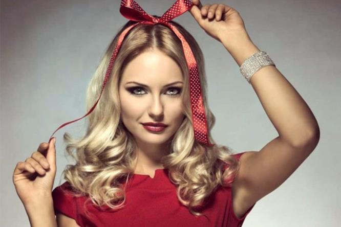 Una ragazza con un fiocco rosso in testa