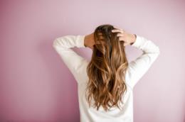 Una donna con i capelli sciolti