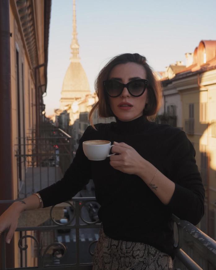 Silvia Caroline sorseggia un caffè in città