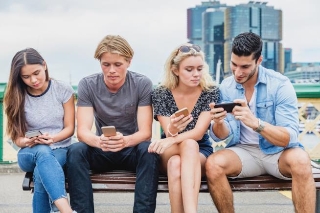 Gruppo di ragazzi con lo smartphone