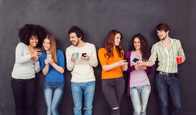 Ragazzi che scrivono sugli smartphone