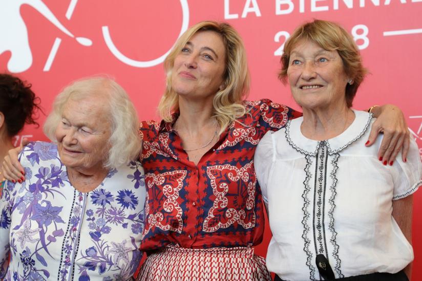 Valeria Bruni Tedeschi con la madre e la zia al photocall di Venezia 75