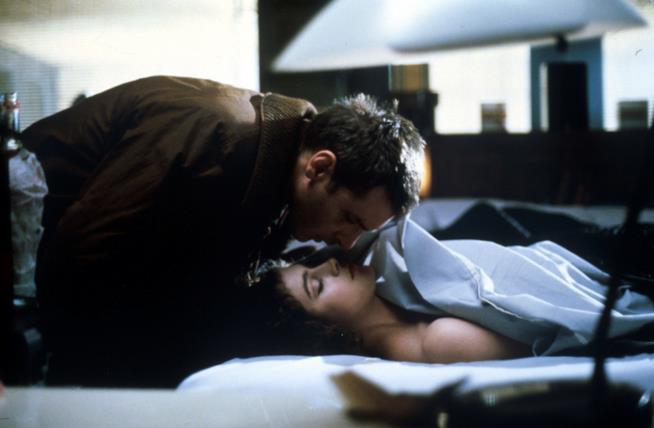 Una scena di Deckard con la replicante Rachael