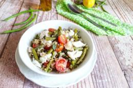 Piatto con cereali, pesce e verdura