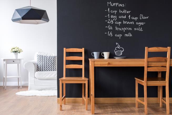 Tavolo con sedie in legno di piccole dimensioni