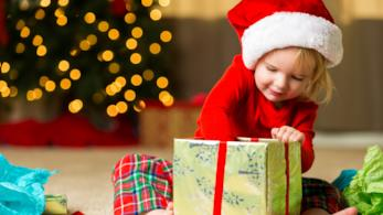 Bambina apre regalo di Natale