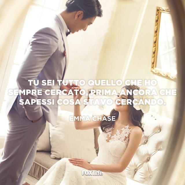 Uno sposo tiene per mano la sposa